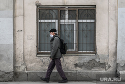 Тридцать третий день вынужденных выходных из-за ситуации с CoVID-19. Екатеринбург, уныние, грязный город, прохожий в маске, городское благоустройство