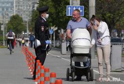 Город в период самоизоляции 27 мая 2020. Пермь, полицейский в маске, пешеход без маски
