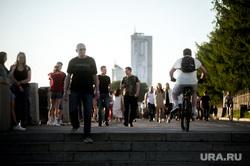 Екатеринбург во время пандемии коронавируса, эпидемия, набережная реки исеть, толпа, социальная дистанция