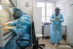 Исследование анализов на коронавирус в лаборатории ЕКДЦ. Екатеринбург, лаборатория, защитный костюм, противогаз, медицина, респиратор, специалист, медицинские исследования, респираторная маска, исследования, коронавирус, защита органов дыхания, covid-19, covid19, проведение анализов, вирусолог, противочумный костюм, virus