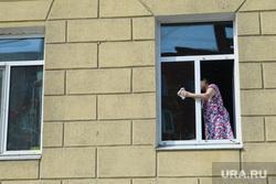 Четырнадцатый день вынужденных выходных из-за ситуации с CoVID-19. Екатеринбург, генеральная уборка, моет окно