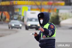 Сотрудники ГИБДД на въезде в город  дают разъяснения по поводу режима. Курган, граница, медицинская маска, гибдд, дпс, въезд в город, жезл дпс, пост гаи, сотрудник дпс в медицинской маске