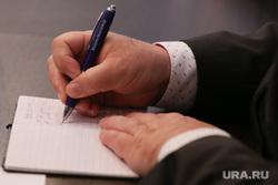 Визит чешских инвесторов на Курганскую ТЭЦ-2. Курган, депутат, чиновник, руки, шариковая ручка