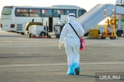 В аэропорту Челябинска приземлился «Суперджет» с вахтовиками Чаяндинского месторождения Якутии. Челябинск, эпидемия, медицинская маска, защитная маска, эпидемия осталась, медики, коронавирус, инфекционист, эпидемиолог, пандемия коронавируса