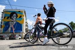 Создание граффити «Виктория». Екатеринбург, снимает на телефон, люди на улице, велосипедисты, covid19, коронавирус, coronavirus, граффити виктория, улица волгоградская190, рисует граффити, социальное граффити