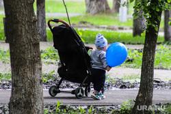 День защиты детей. Курган, ребенок, воздушный шарик, детская  коляска, день детей