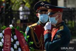 Торжественное возложение цветов к памятнику Жукову возле Штаба ЦВО. Екатеринбург, акция памяти, гвардеец, медицинская маска, возложение цветов, военный, почетный караул, торжественная церемония, коронавирус, военный в маске