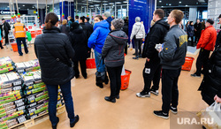Ситуация в супермаркете Ашан на фоне ажиотажа связанного с эпидемией коронавируса. Челябинск, покупатели, еда, очередь в кассы