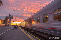 Клипарт. Нижневартовск, поезд, перрон, закат, вокзал, пассажиры, ржд