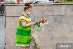Обстановка в городе во время эпидемии коронавируса. Челябинск, эпидемия, искусственные цветы, женщина, маска медицинская, цветы, коронавирус
