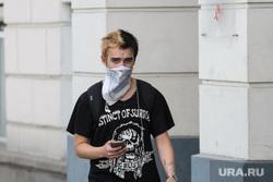 Сорок шестой день вынужденных выходных из-за ситуации с распространением коронавирусной инфекции CoVID-19. Екатеринбург, парень, маска на лицо, молодежь, платок на лице