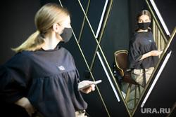 Показ коллекций модной одежды. Арт-простоанство ANGAR. Тюмень, маска, модели, модель, показ дизайнерской одежды, мода, показ мод, маска защитная, девушка в маске