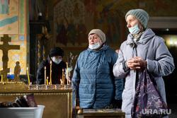 Праздник Вербного воскресенья в Екатеринбурге, храм, церковь, бабушки, христианство, церковная служба, православие, верующие в храме, пожилые женщины, церковная свеча, освящение вербы, благовещение