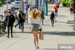 Низкий уровень самоизоляции. Обстановка в городе во время эпидемии коронавируса. Челябинск, тротуар, девушка, погода, лето, ноги
