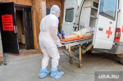 Инфекционная больница, куда доставляют больных коронавирусной инфекцией. Челябинск, приемное отделение, больной, заражение, спецодежда, эпидемия, медицина, врачи, скорая помощь, инфекция, защитная одежда, врач, медики, пациент, инфекционная больница, противочумной костюм