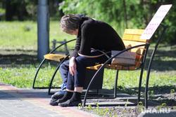 Нарушение режима самоизоляции жителями города. Курган, лавка, безработица, усталость, печаль, парк, лето, женщина, скамья