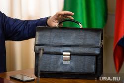 Клипарт. Сургут, чиновник, портфель, рука чиновника