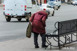 Пустой город. Обстановка в городе во время эпидемии коронавируса. Челябинск, пенсионерка, старуха, пожилой человек