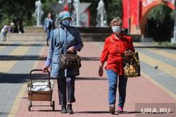Парк Победы после снятия ограничений, связанных с коронавирусной инфекцией. Курган, парк победы, медицинская маска, женщины, масочный режим
