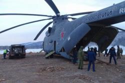 Доставка бульдозера ТМ-10 в район обвала горных пород на Бурейском водохранилище, военный вертолет