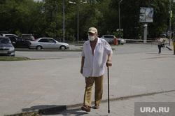 Весенние виды Тюмени и обстановка во время карантина. Тюмень, пенсионер, костыль, в маске, пешеход в маске