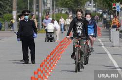 Город в период самоизоляции 27 мая 2020. Пермь, велодоржка, велосипед, велосипедист в маске, полицейские в масках, велосипедист без маски