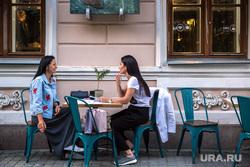 Улица Пушкина вечером в будний день. Екатеринбург, летнее кафе