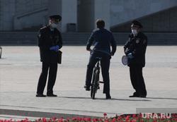 Город в период самоизоляции 27 мая 2020. Пермь, велосипедист, полицейский в маске