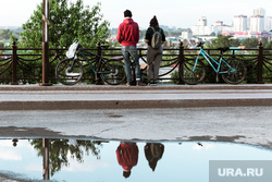 Виды Тюмени. Тюмень , лужа, велосипеды, отражение, подростки, улица