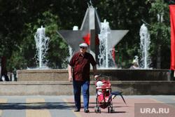 Парк Победы после снятия ограничений, связанных с коронавирусной инфекцией. Курган, дедушка, парк победы, мужчина, детская  коляска