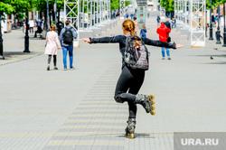 Обстановка в городе во время эпидемии коронавируса. Челябинск, девушка, лето, ролики, кировка