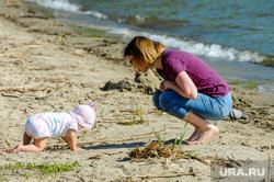Городской пляж на Шершневском водохранилище во время режима самоизоляции. Челябинск, ребенок, мама с ребенком, жара, лето, отдыхающие, младенец, городской пляж шершневский, пляж, отдых