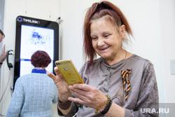 Презентация городского смартфона. Екатеринбург, пенсионер, телефон, смартфон, сотовая связь, старость, бабушка, компьютерная грамотность, пенсионный возраст, обучение пенсионеров