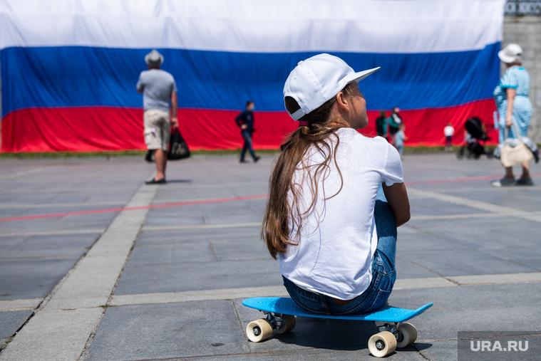 Развернутый флаг России в Историческом сквере. Екатеринбург