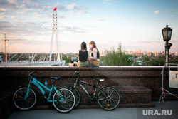 Виды Тюмени: улицы, прохожие, места отдыха. Май 2020, набережная, велосипеды, девушки, мост влюбленных, весна, май, тюмень, виды тюмени