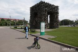 Город в период самоизоляции 27 мая 2020. Пермь, ребенок на велосипеде, деревянная буква п в перми