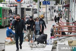 Пятьдесят шестой день вынужденных выходных из-за ситуации с распространением коронавирусной инфекции CoVID-19. Екатеринбург, тротуарная плитка, ремонт пешеходной зоны, проспект ленина, люди на улице, социальная дистанция