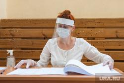Презентация модельного участка для голосования в Гимназии №104. Екатеринбург, избирательная комиссия, голосование, маска на лицо, общероссийское голосование, защитный экран, коронавирус, противоэпидемические меры, пандемия коронавируса