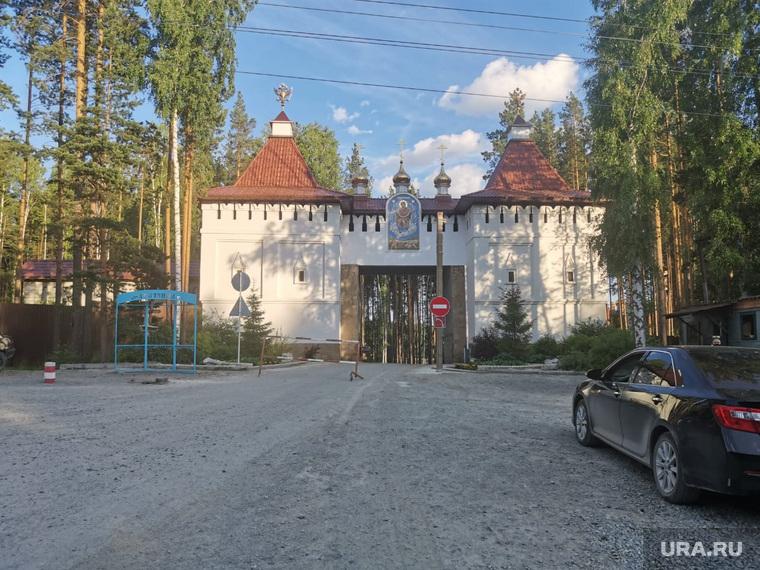 Вход в Среднеуральский женский монастырь Спорительница хлебов