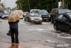 Затопление центральных улиц во время дождя. Екатеринбург, зонт, ливень, потоп, дождь