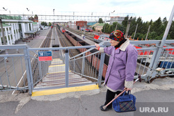 Железнодорожный вокзал. Курган , пенсионерка, железнодорожный вокзал, железнодорожная платформа, вход запрещен, бабушка, железная дорога, ограждение