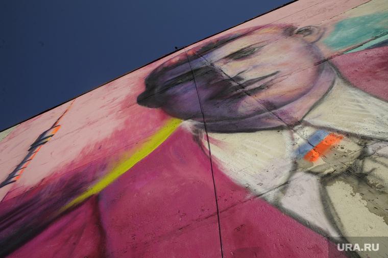 Граффити с портретом Николая Никитина ко дню России. Тюмень