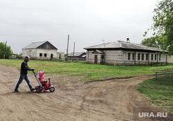 Визит врио губернатора Вадима Шумкова в Целинный район. Курган, сараи, мужчина с коляской, село, старые постройки
