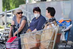 Виды города. Курган, покупатели, корзина с продуктами, продуктовая корзина, медицинская маска, женщины, пенсионный возраст, масочный режим, пакеты с продуктами