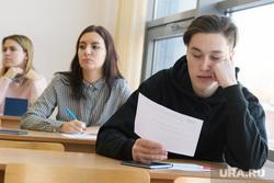 Студенты УрФУ в экзаменационный период. Екатеринбург, университет, вуз, экзамен, учеба, высшее образование, высшее учебное заведение, студенты, сессия