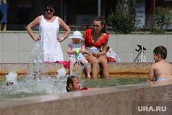 Жара в городе. Курган, подростки, девочки, жара, дети, полиция, купание в фонтане, нарушение, фонтан, лето в городе, пекло
