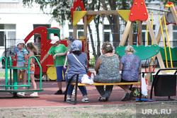 Виды города. Курган, детская площадка, бабушки, игровая площадка, лето, дети, детская карусель