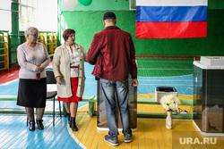 Единый день голосования 2019. Курган, избирательная комиссия, российский флаг, члены избирательной комиссии, наблюдатели, спортивный зал, триколор, флаг россии, избирательный участок, школьный спортзал, голосование, урна для голосования, избиратели