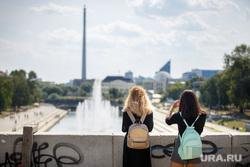 Жара в Екатеринбурге. Фонтан в дендропарке и Плотинка, подростки, девочки, город екатеринбург, фонтаны, рюкзачки, тинейджеры, школьники, плотинка