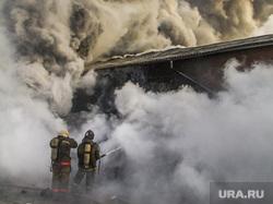 Пожар на улице Карьерной, 30. Екатеринбург, дым, пожарные